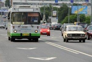 Автобус на выделенной полосе для общественного транспорта