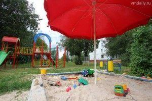 В поселке Радиоцентр два четырехэтажных панельных дома, ряд огородов и маленькая детская площадка.
