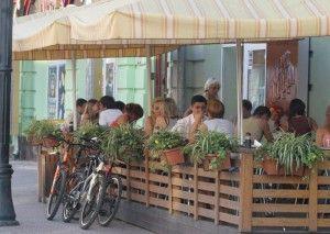 С начала апреля в столице стали открываться сезонные летние кафе.
