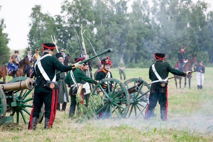 На поле пушки грохотали