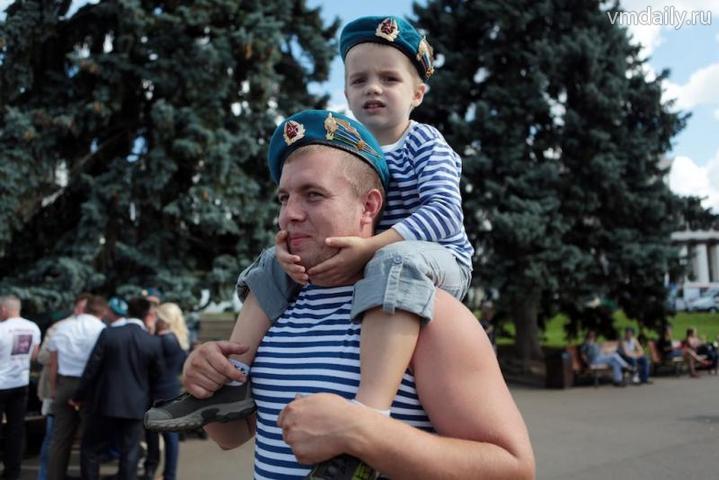 Десантники встретились у памятника ветеранам