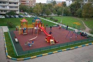 В деревнях стали появляться новые комфортные детские площадки с безопасным покрытием.