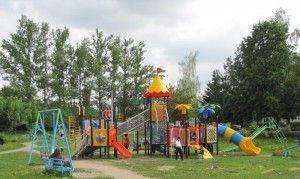 Дворы преобразились, стали зелеными и уютными. Установлены детские и спортивные площадки с современным покрытием.