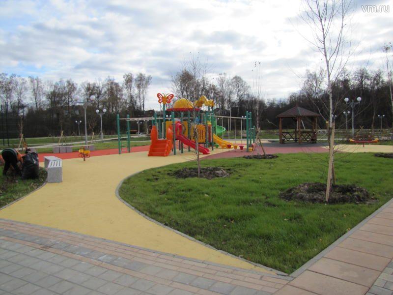 В поселке Знамя Октября построили детскую площадку с цветным покрытием