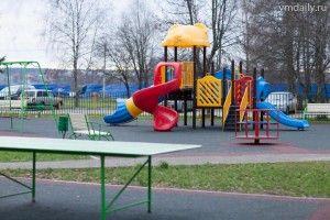 Одна из типовых детских площадок в парке «Сосны».
