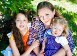 С мамой и младшей сестренкой.Очень творческая семья у Куликовых.