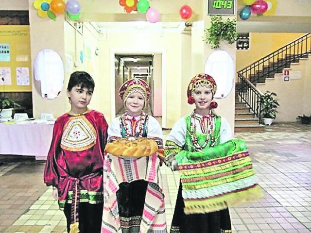Ученики поздравляют школу