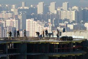 Еще на первых этапах строительства будущим жильцам дома нужно проверить благонадежность застройщика. Мало ли что...