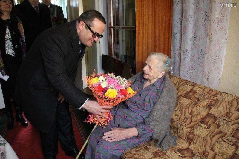 Префект поздравил жительницу Щербинки со 100-летним юбилеем