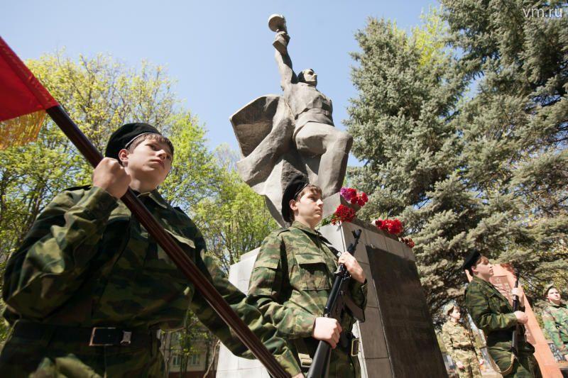 Имена солдат и офицеров, обнаруженные при создании книги «Галерея памяти», увековечили на стелах
