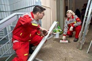 В жилых домах ТиНАО продолжается ремонт. Коммунальщики меняют трубы и приводятв порядок стены в подъездах