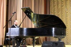 Пианист Петр Айду представил рояль «Беккер» как главного героя вечера