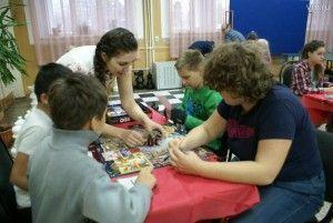 Десеновское. Елена Захарова (в центре) сама принимает участие в акциях и играет с гостями