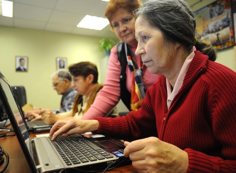 Пенсионеры Новофедоровского поселения побывали на уроке компьютерной грамотности