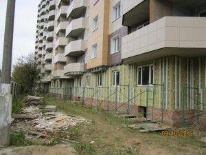 Дом на улице Садовой в Щербинке почти достроен, все работы идут по плану, и уже в декабредольщики, так долго ждавшие свое жилье, могли бы въехать в квартиры... если бы не двор!