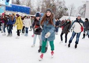 Кататься можно и на дворовом катке, главное — компания. Погода под Троицком самая лыжная!