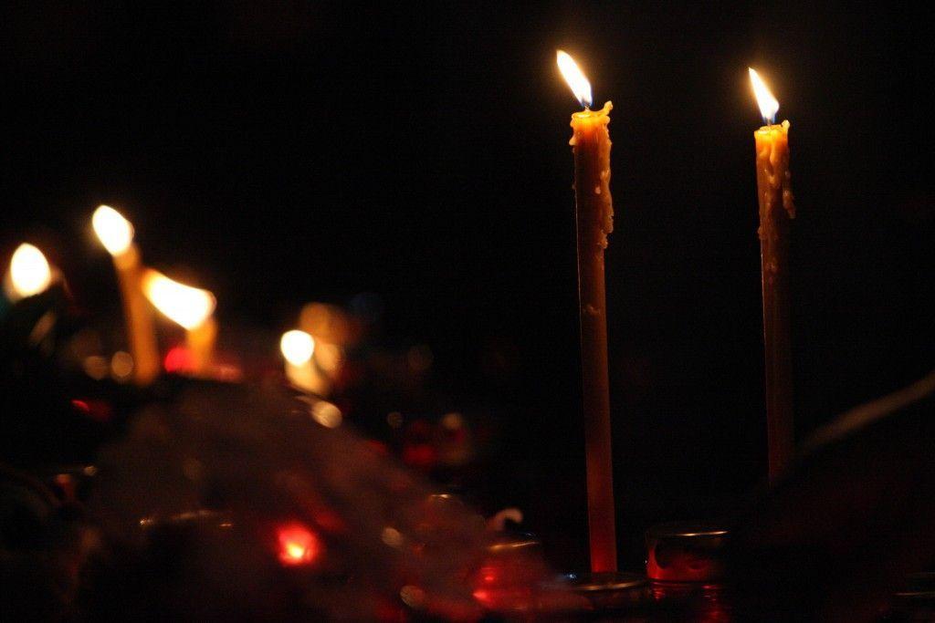 В поселении Вороновское обелиски с именами героев войны украсили горящими свечами