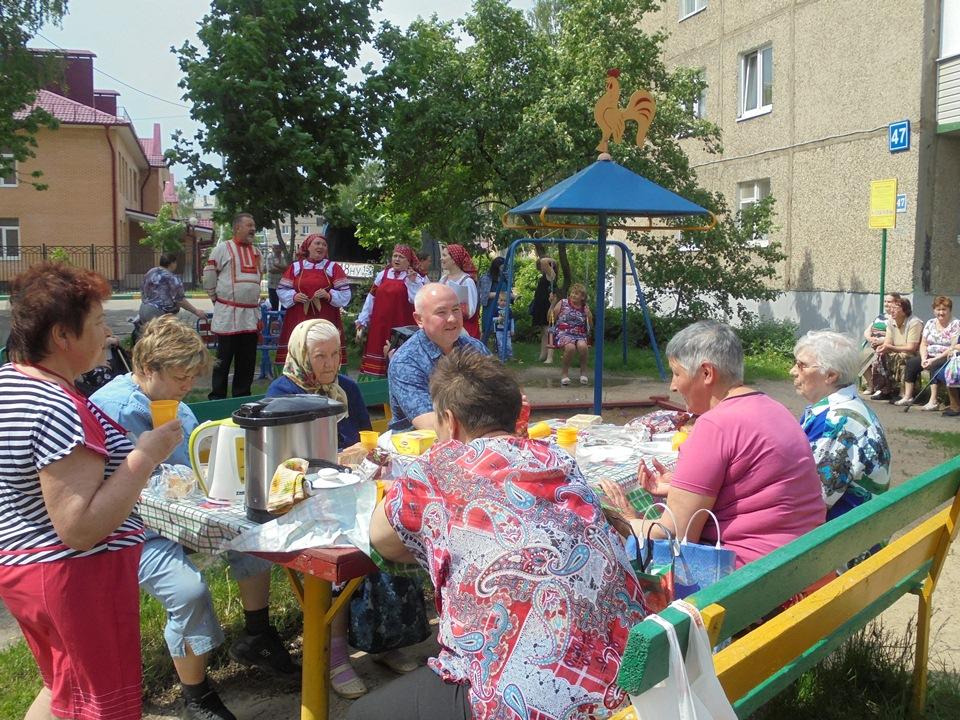 Жители поселения Рязановское на Дне соседей слушали частушки и обсуждали капремонт