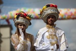 Аниматоры в центре Москвы на фоне праздничных шариков в день фестиваля варенья