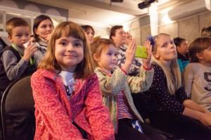 """24.11.2014 Автор проекта """"Киносемья"""" Олег Гладченко обучал детей и их родителей, как правильно писать сценарий и снимать кино."""