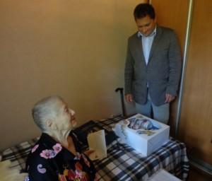 Пелагее Максимовне преподносят подарки. Фото из архива администрации поселения Мосрентген