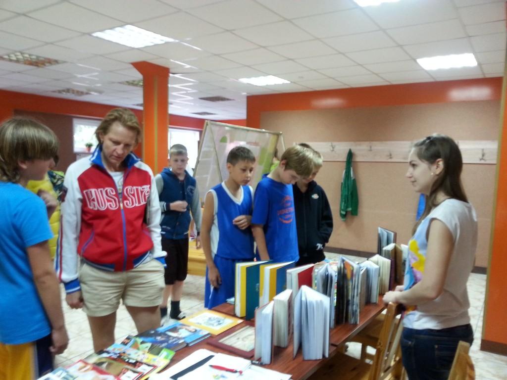 Дети из лагеря «Олимпийские надежды» в поселении Краснопахорское взяли книги и журналы из
