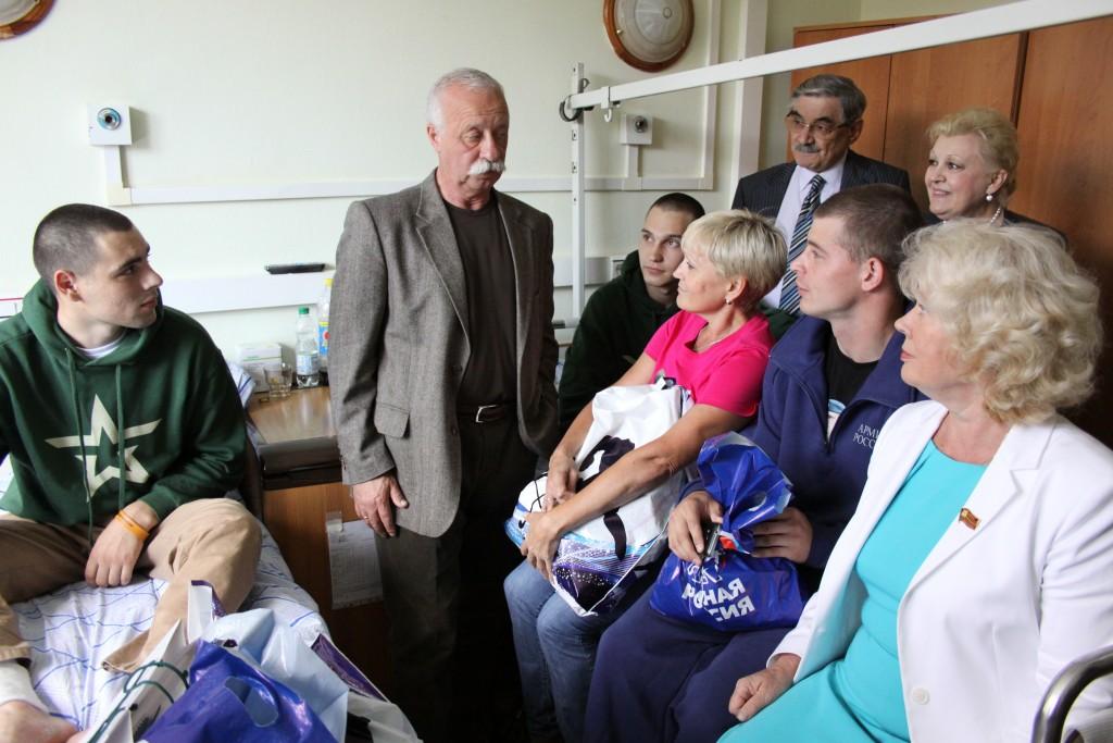 Единороссы навестили солдат, пострадавших при обрушении казармы в Омске