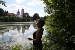 25 июля 2015 года. Москва, деревня Юдановка. Староста Татьяна Разуваева показывает храм Покрова Пресвятой Богородицы