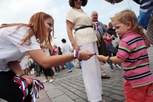 Дата: 22.08.2013, Время: 11:08 Раздача ленточек в честь Дня Российского флага