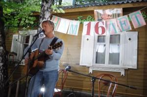 Дмитрий Харатьян на летней сцене музея Булата Окуджавы (2)