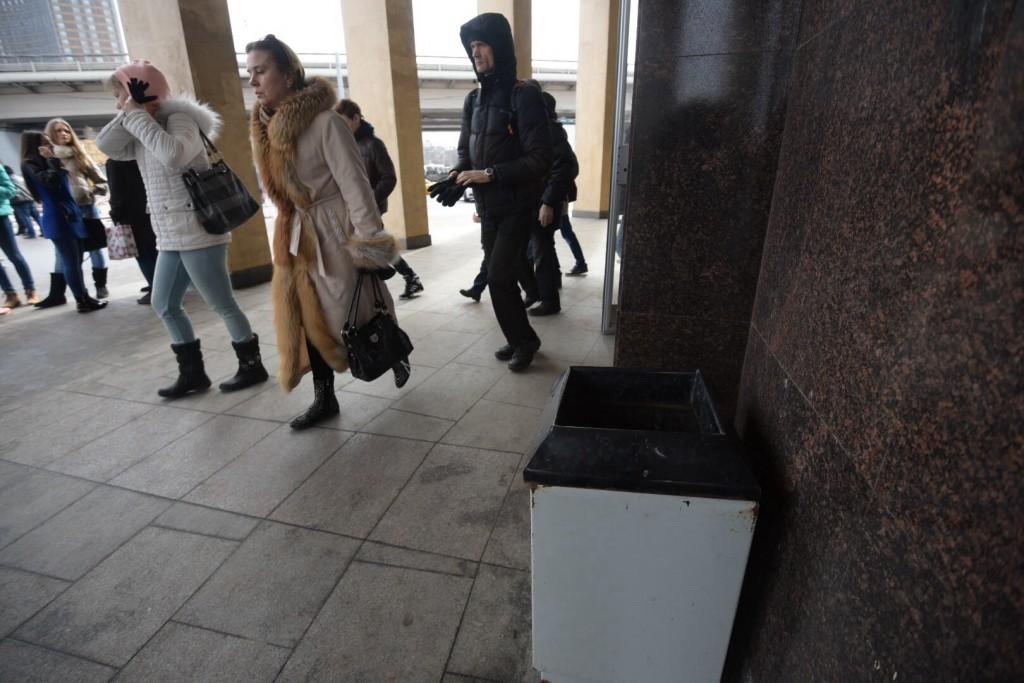 Станции метро оборудуют мусорными урнами