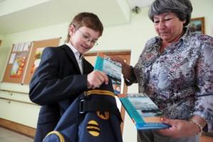 Ученики школы №315 получают учебники перед 1 сентября