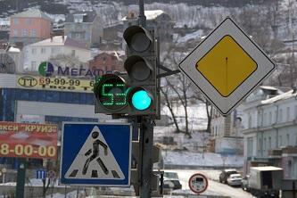 К началу учебного года отремонтировали светофоры и дорожные знаки