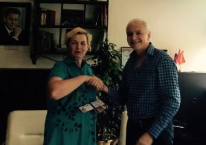 Глава администрации Илья Подкаминский вручает советникам специальные удостоверения. Фото из архива администрации.