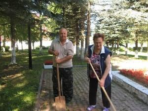 Члены общественных организаций убирают территорию возле братской могилы в Рогово. Фото из архива администрации поселения.