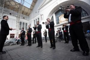 Дата: 21.09.2015, Время: 13:47 Духовой джазовый оркестр выступил на перроне Киевского вокзала в рамках проекта «Музыка на вокзалах»