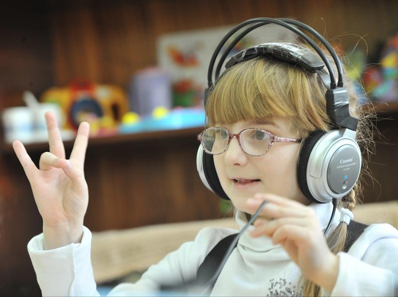 Детям-инвалидам по слуху выдадут аппараты по медицинской страховке