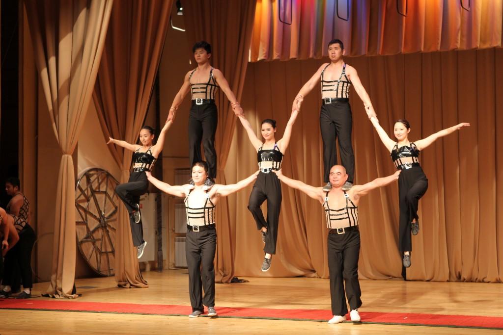 Шустрые китайцы жонглируют фарфоровыми вазами