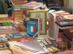 Среди того, что выставлено на ярмарку, много как макулатуры, так и исторически любопытных книг