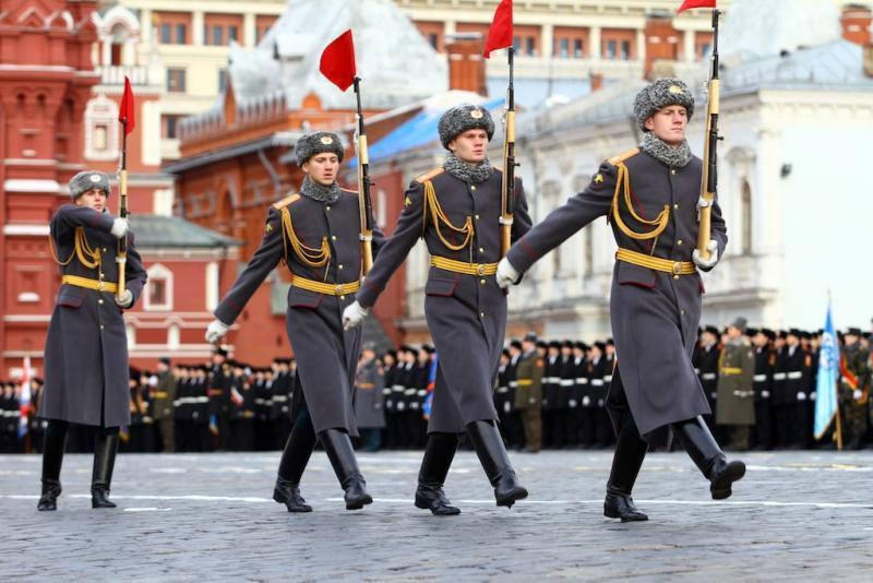 Торжественный марш в годовщину парада 1941 года проходит на Красной площади