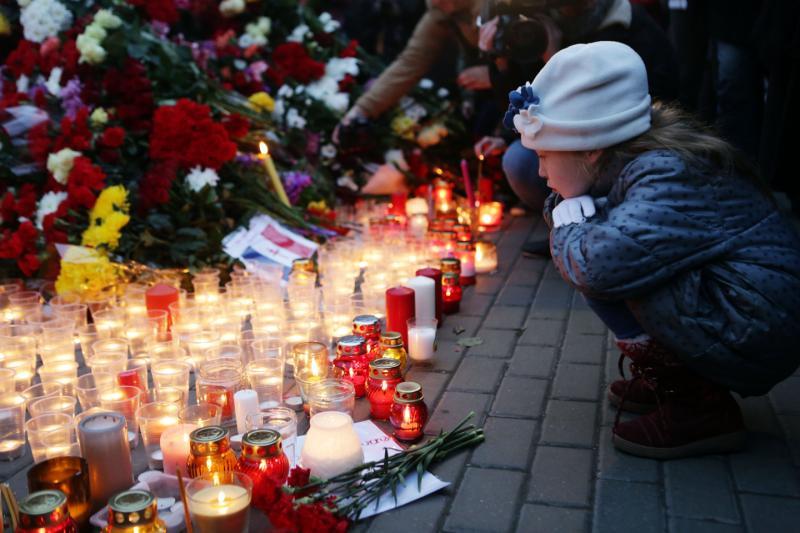 Москвичи скорбят по жертвам терактов в Париже