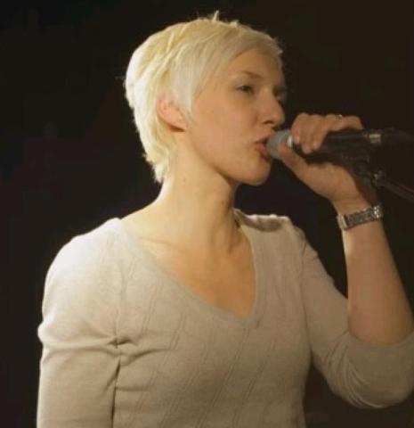 Певица, пострадавшая при терактах в Париже, пришла в себя после комы
