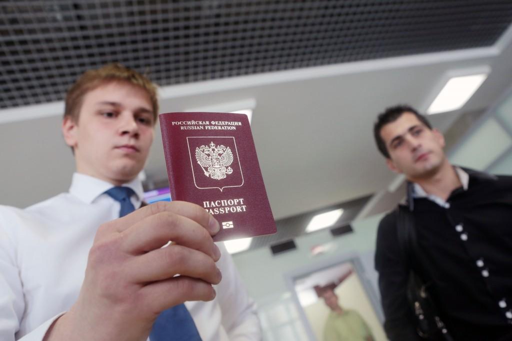 Путин подписал закон о втором загранпаспорте