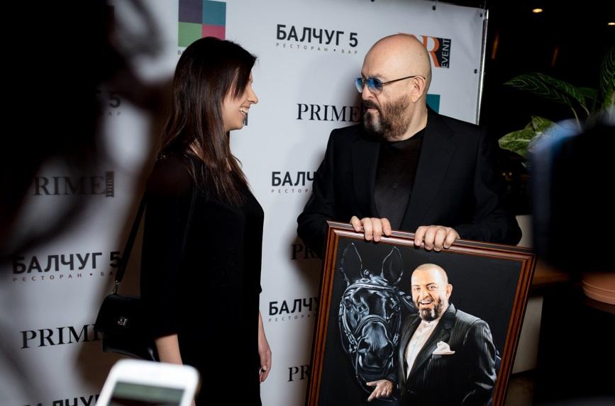 На презентации новой песни Михаил Шуфутинский получил в подарок свой портрет