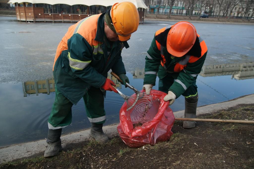 Около двух тысяч кубометров мусора собрали на московских водоемах за минувший сезон