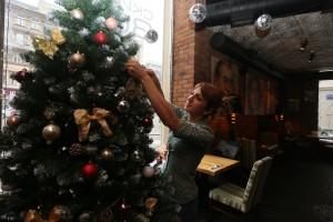 Новогоднее украшение витрин в кафе на Тверской улице.