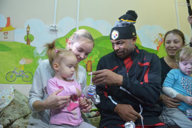 Боксер Рой Джонс поздравил маленьких пациентов с Новым годом