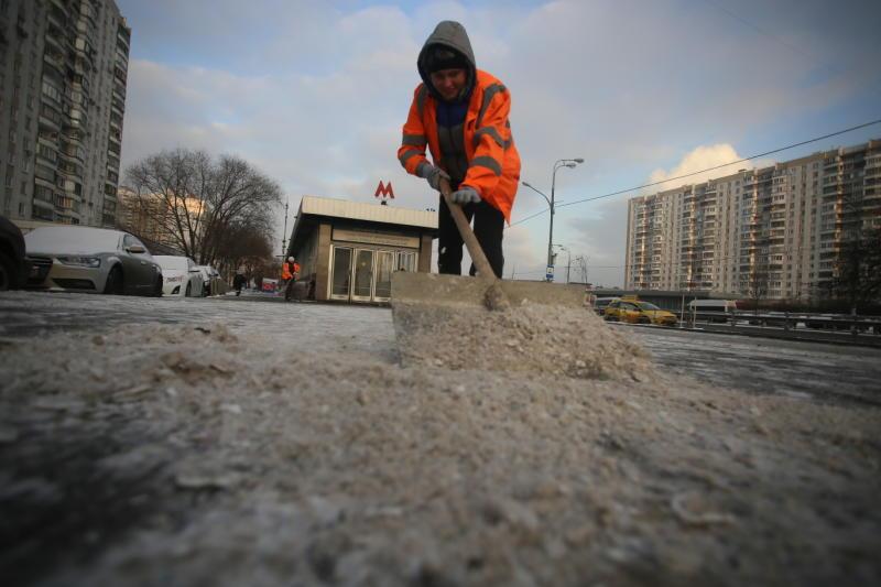 Коммунальные службы обрабатывают дороги реагентами из-за снегопада