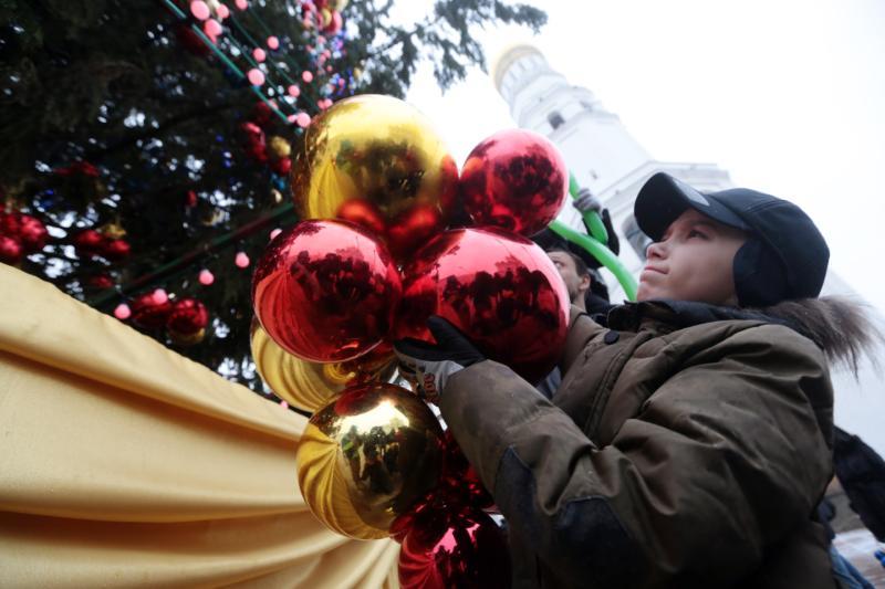 В Филимонковском установили главную новогоднюю елку