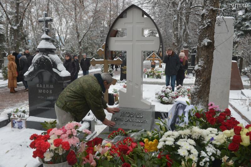Памятник Юрию Яковлеву на чеховский манер